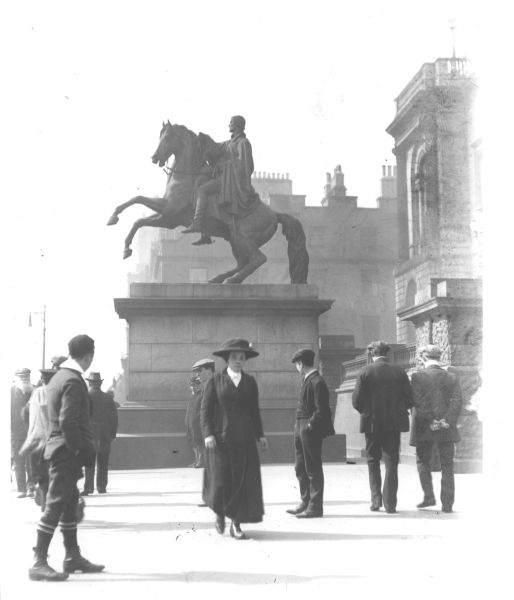 Pedestrians By Wellington Monument At East End Of Princes Street 1916