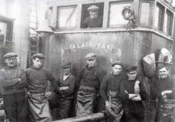 Peterhead Herring Drifter And Crew 1920s