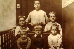 Group Of Children In Tenement Close 1920s